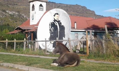 Pferd vor Kapelle